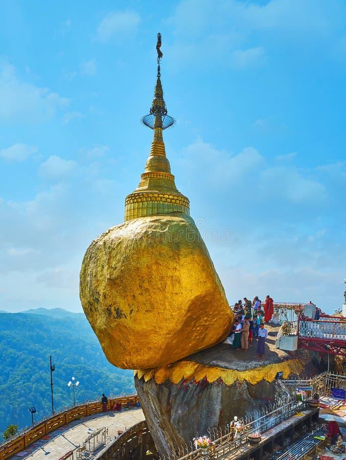 Buddistiska fantaster på guld- vaggar, Myanmar arkivbild