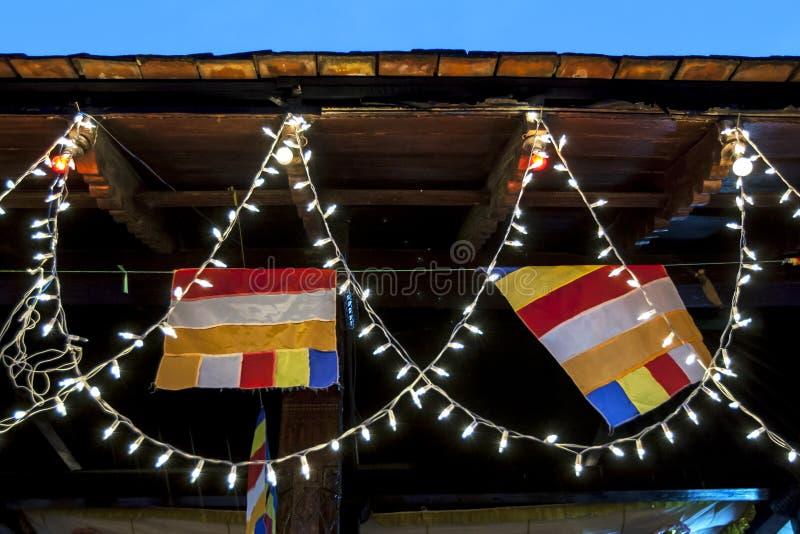 Buddistiska flaggor och felika ljus royaltyfri fotografi