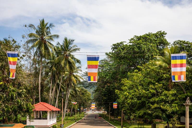 Buddistiska flaggor p? Maha Saman Devalaya eller den stora Saman Temple royaltyfri foto