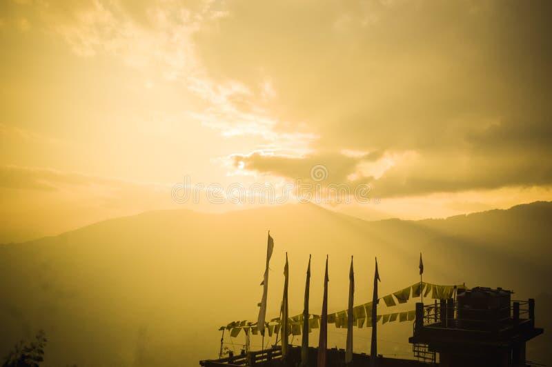 Buddistiska flaggor på solnedgångpanoramautsikten, från en synvinkel för sikkim kullestation Härlig sommartid fridsam scenisk sik royaltyfria foton