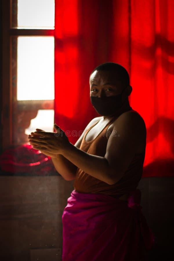 Buddistiska munkar av Bhutan gör stearinljus i deras Bhutan tempel I royaltyfri bild