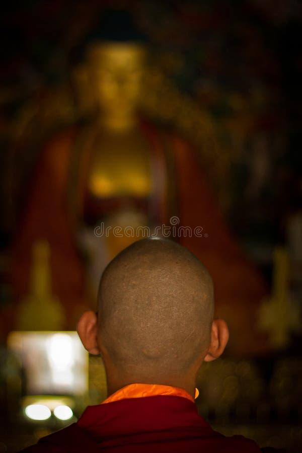 Buddistiska munkar av Bhutan gör stearinljus i deras Bhutan tempel I royaltyfri foto