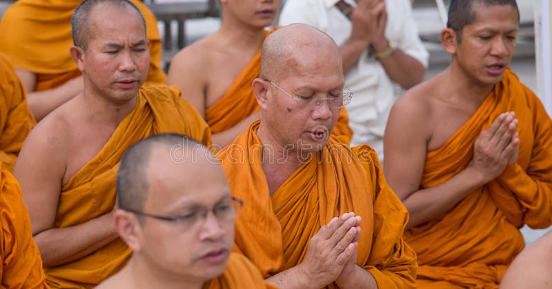 Buddistiska munkar ber på den Shwedagon pagoden i Yangon, Myanmar royaltyfri fotografi