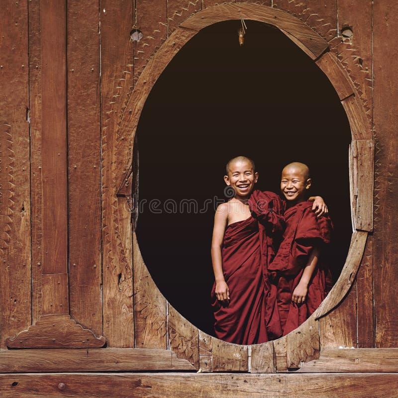 Buddistiska munkar för novis på Shwe Yan Pyay Monastery, Inle sjö, Myanmar royaltyfria foton
