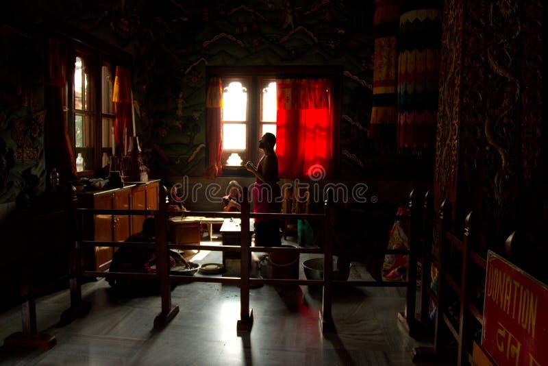 Buddistiska munkar från Bhutan gör stearinljus i deras Bhutan tempel I fotografering för bildbyråer