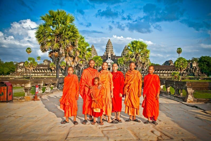 Buddistiska munkar i det Angkor Wat komplexet cambodia royaltyfria bilder