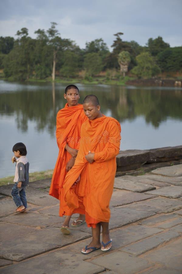 Buddistiska munkar i orange ämbetsdräkter Angkor Wat arkivfoto