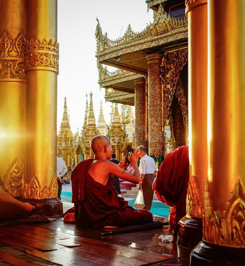 Buddistiska munkar på den Shwedagon pagoden royaltyfri fotografi