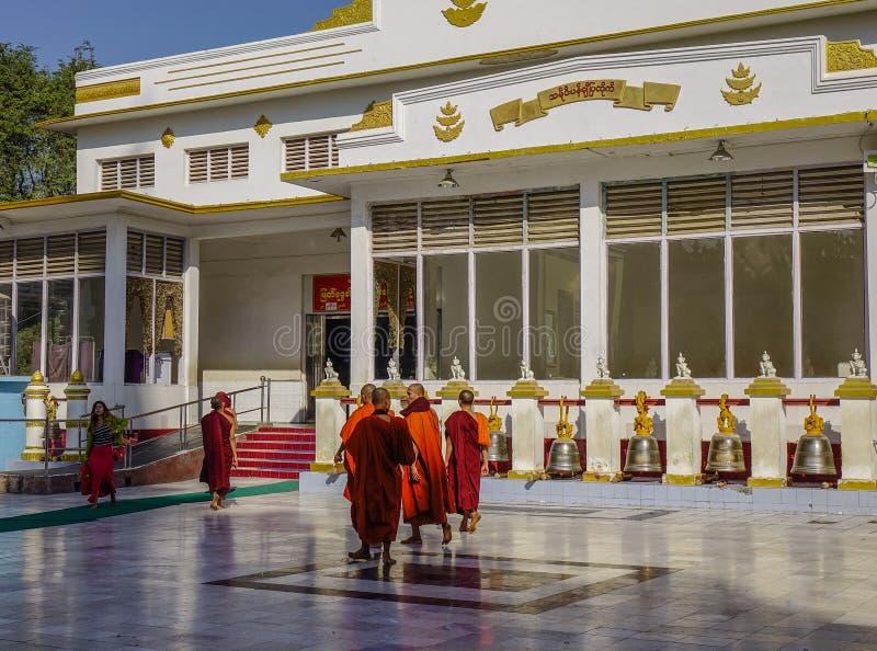 Buddistiska munkar på monateryen arkivbild