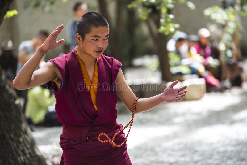 Buddistiska munkars applåderar den debattera Œthis för ¼ för övningsï munken när honom som frågar, serum kloster, Lhasa, Tibet royaltyfria bilder