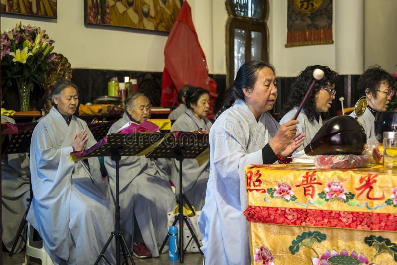 Buddistiska nunnor som sjunger, Kunming, Yunnan landskap, Kina arkivfoto