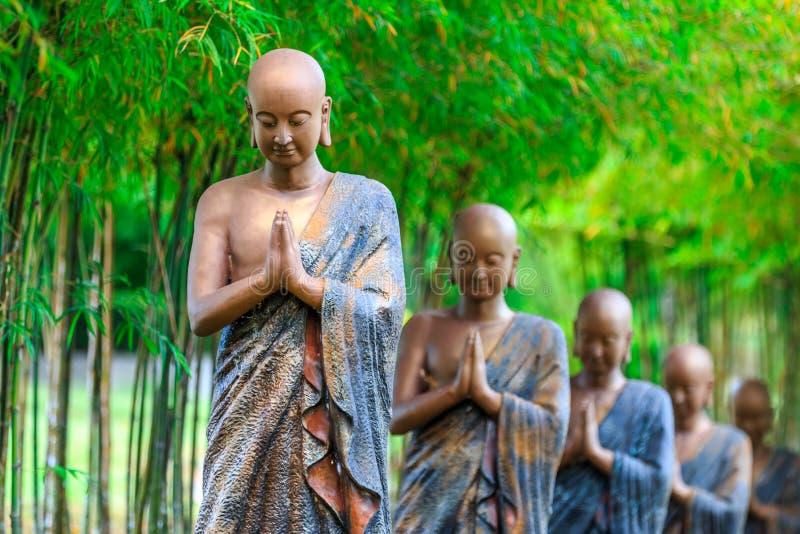 Buddistiska prästs staty arkivbilder