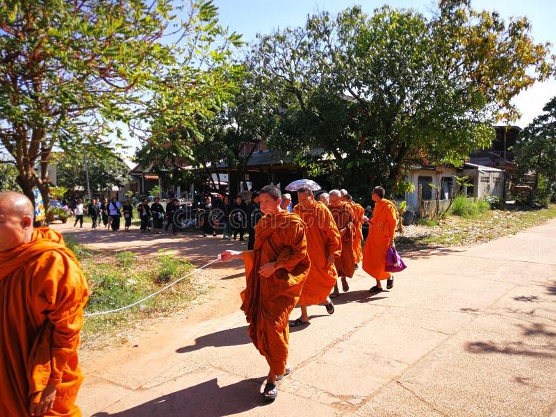 Buddistiska ritualer för Sakon Nakhon Thailand mars 2019 släkta begravnings- död i lantliga Thailand royaltyfri foto