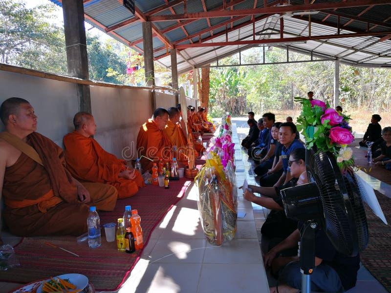 Buddistiska ritualer f?r Sakon Nakhon Thailand mars 2019 sl?kta begravnings- d?d i lantliga Thailand arkivfoto