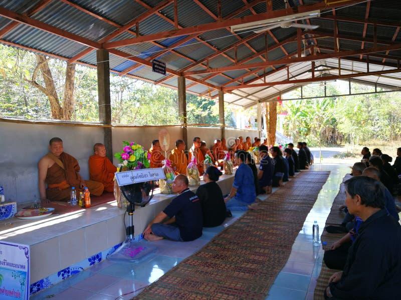 Buddistiska ritualer f?r Sakon Nakhon Thailand mars 2019 sl?kta begravnings- d?d i lantliga Thailand fotografering för bildbyråer