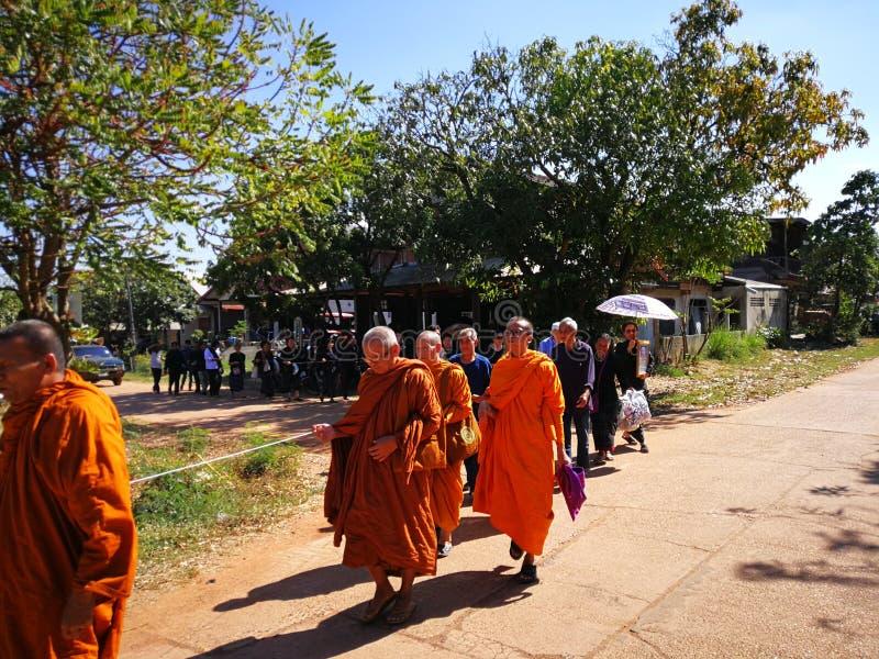 Buddistiska ritualer f?r Sakon Nakhon Thailand mars 2019 sl?kta begravnings- d?d i lantliga Thailand arkivbilder