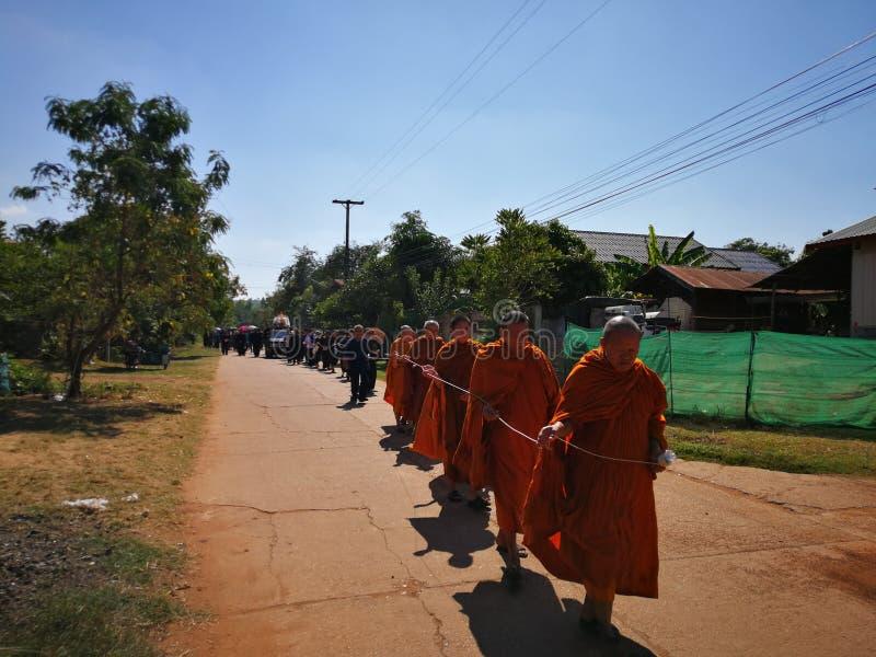 Buddistiska ritualer f?r Sakon Nakhon Thailand mars 2019 sl?kta begravnings- d?d i lantliga Thailand royaltyfri foto