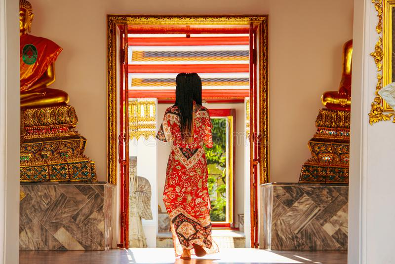 Buddistiska statyer i buddistisk tempel i Bangkok royaltyfria foton