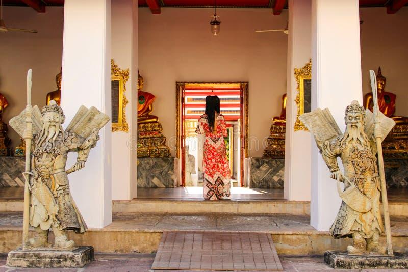 Buddistiska statyer i buddistisk tempel i Bangkok royaltyfri foto