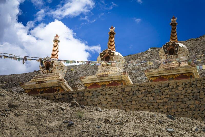 Buddistiska stupas (chortens) i indiska Himalayas i Ladakh royaltyfri foto