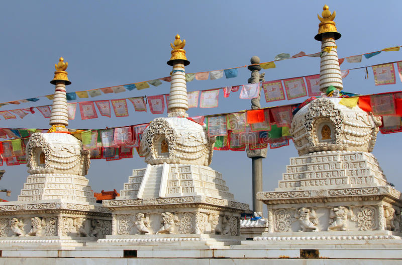 Buddistiska stupas nära den Dazhao kloster i Hohhot, Inner Mongolia royaltyfria bilder