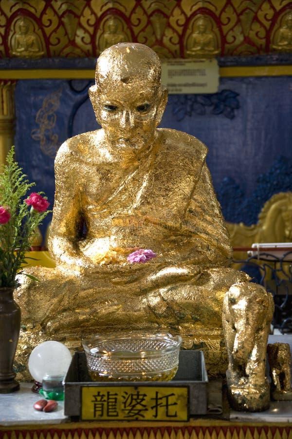 buddistiskt guld- thai statytempel royaltyfri bild