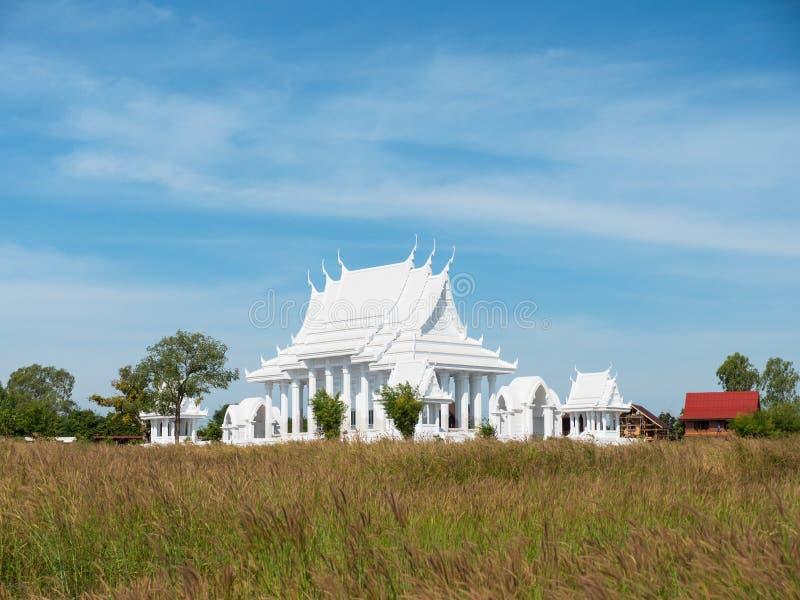 Buddistiskt tempel för vit i Thailand arkivfoto