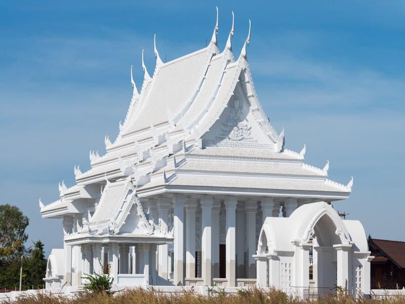 Buddistiskt tempel för vit i Thailand royaltyfri foto