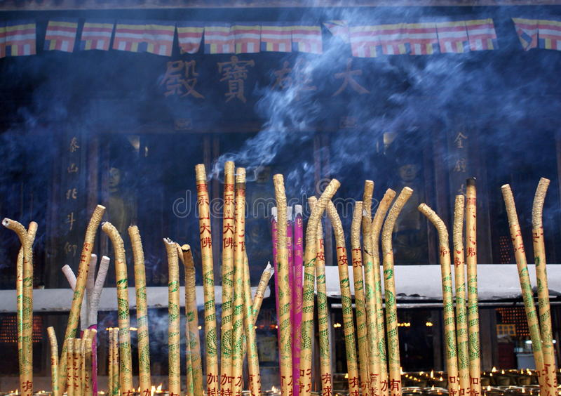 buddistiskt tempel tibet för c-stearinljusrökelse royaltyfri foto