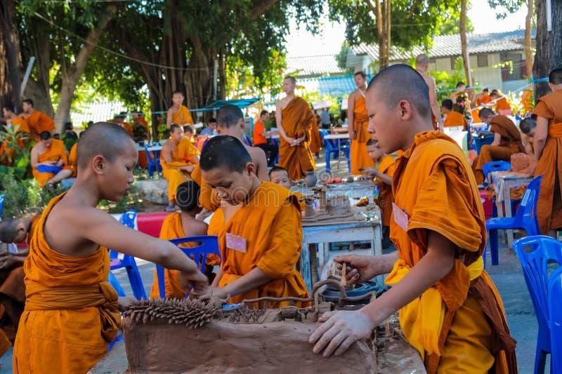 Buddistiskt ungt göra för munkar handcrafts i tempelgården arkivbilder