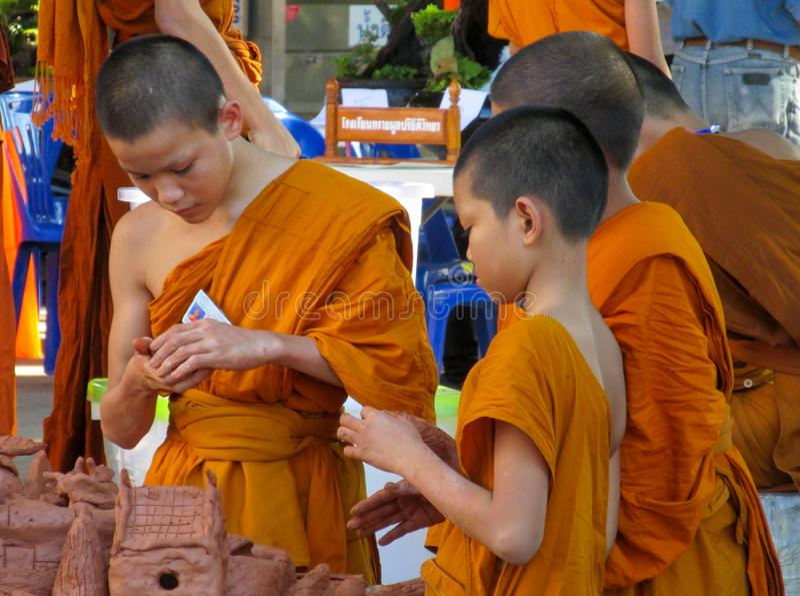 Buddistiskt ungt göra för munkar handcrafts i tempelgården royaltyfri fotografi