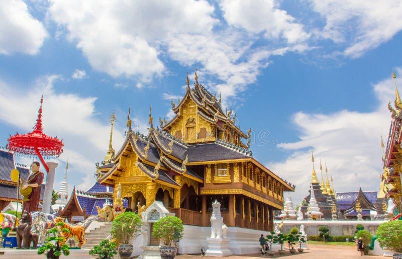 Buddistkyrka i den ljusnade blåa himlen, Chiang Mai, stoskarp smak arkivfoto