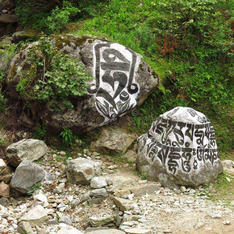 Buddistmani stenar nära Lukla royaltyfri fotografi