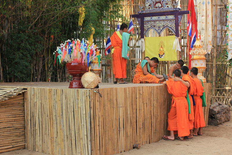 Buddistmonniken bij Wat Phan Tao-tempel, Chiang Mai, Thailand royalty-vrije stock foto's