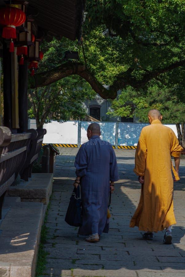Buddistmonniken dichtbij de tempel in Wenzhou in China stock foto