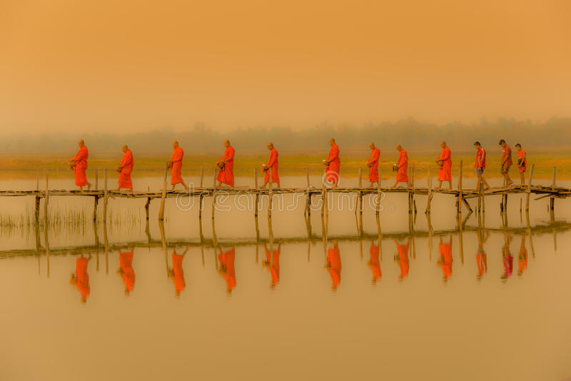 Buddistmonniken die aalmoes marcheren te zoeken in ochtend met fofoggy envi royalty-vrije stock foto