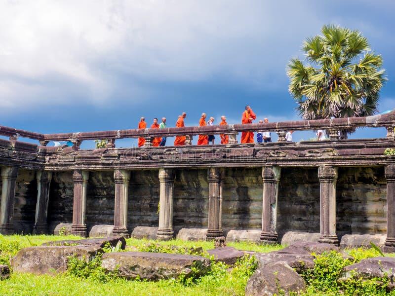 Buddistmonniken en beginners die Angkor Wat bezoeken royalty-vrije stock afbeelding