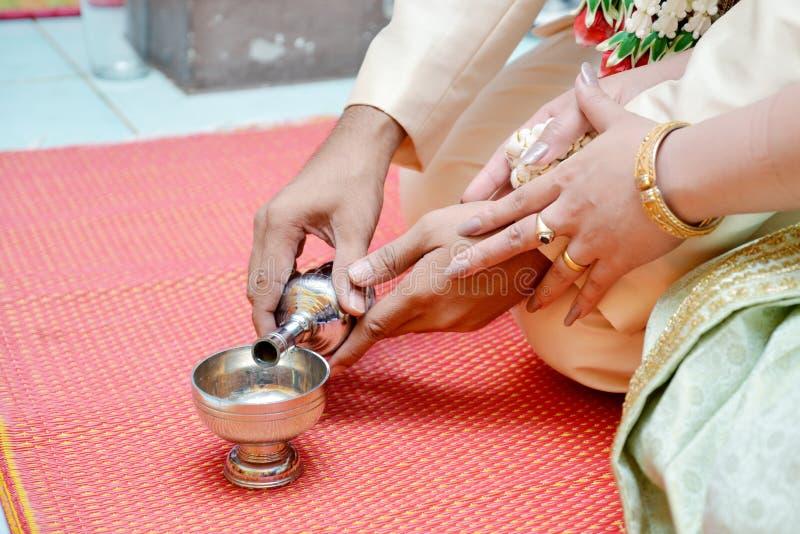 Buddists hällande vatten för gral royaltyfri bild
