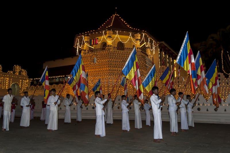 Buddyjscy chorągwiani okaziciele zaczynają ich marsz za świątynią Święta ząb relikwia w Kandy w Sri Lanka podczas Esala Perahera fotografia royalty free
