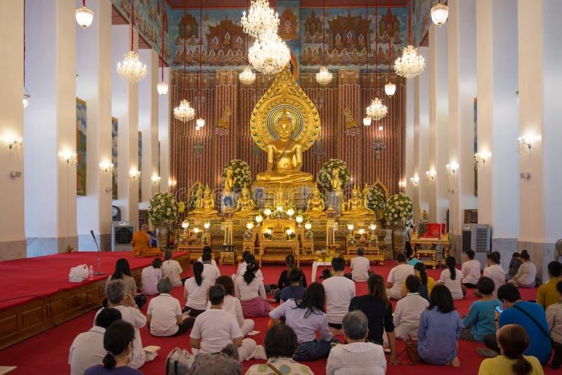 Buddyjscy ludzie i michaelita morał modlą się Złocistą Buddha statuę przy Watem Chanasongkram w Visakha dniu Bangkok, Tajlandia obraz royalty free