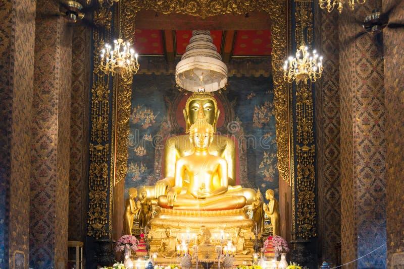 Buddyjscy ludzie i michaelita morał modlą się Złocistą Buddha statuę Wat Bowonniwet Vihara w Visakha dniu Bangkok, Tajlandia zdjęcia royalty free