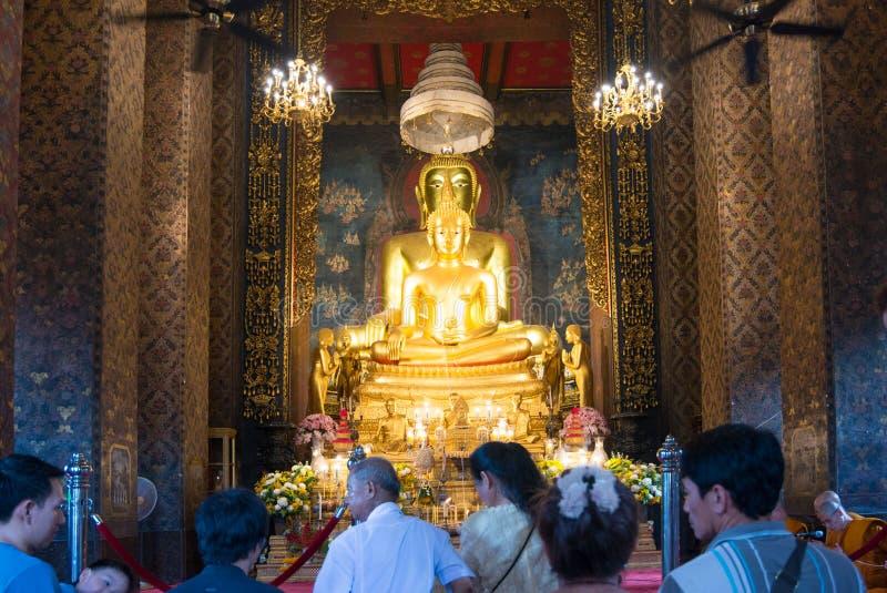 Buddyjscy ludzie i michaelita morał modlą się Złocistą Buddha statuę Wat Bowonniwet Vihara w Visakha dniu Bangkok, Tajlandia fotografia stock