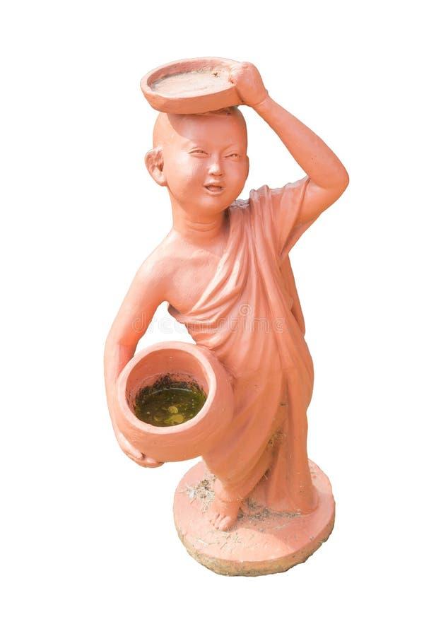 Buddyjscy nowicjusza mienia datki rzucają kulą glinianą lalę odizolowywającą na bielu obraz stock