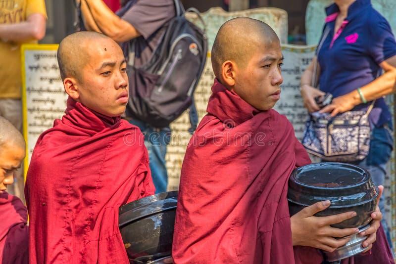 Buddyjscy nowicjuszi w Mandalay zdjęcie royalty free
