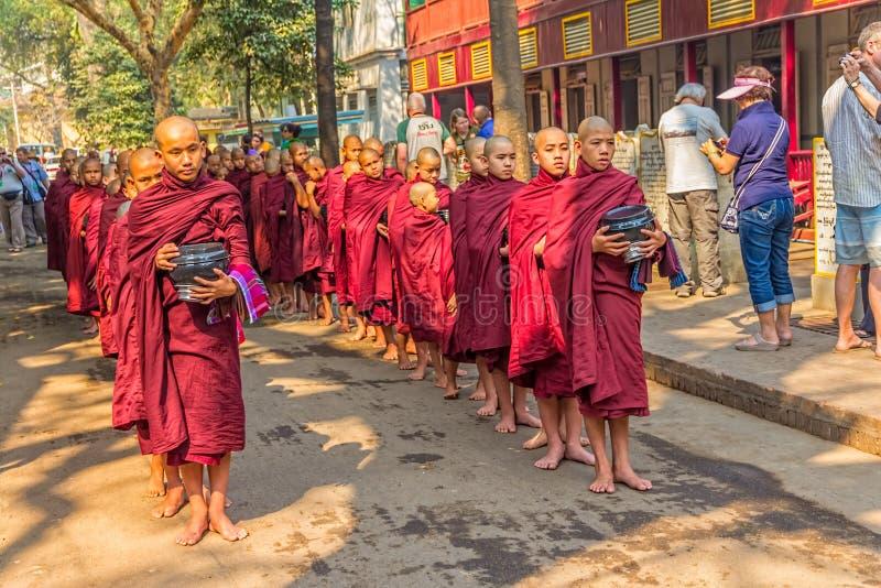 Buddyjscy nowicjuszi w Mandalay fotografia royalty free