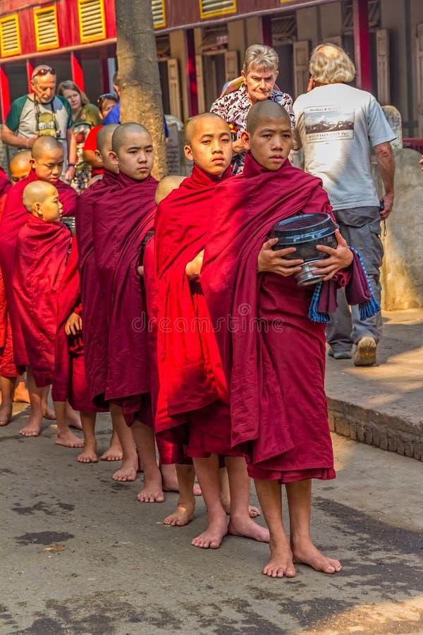 Buddyjscy nowicjuszi w Mandalay fotografia stock