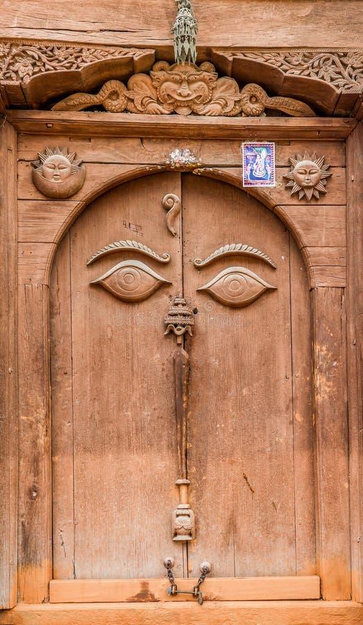 Buddyjscy religijni oczy rzeźbiący na drzwi w Royal Palace kwadracie Kathmandu Durbar, Nepal (Hanuman Dhoka) zdjęcia royalty free