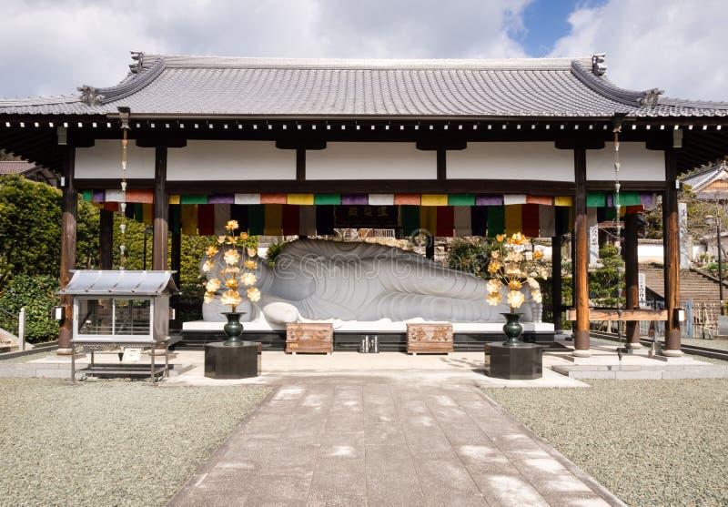 Buddyjska świątynia z spać Buddha statuę obrazy royalty free