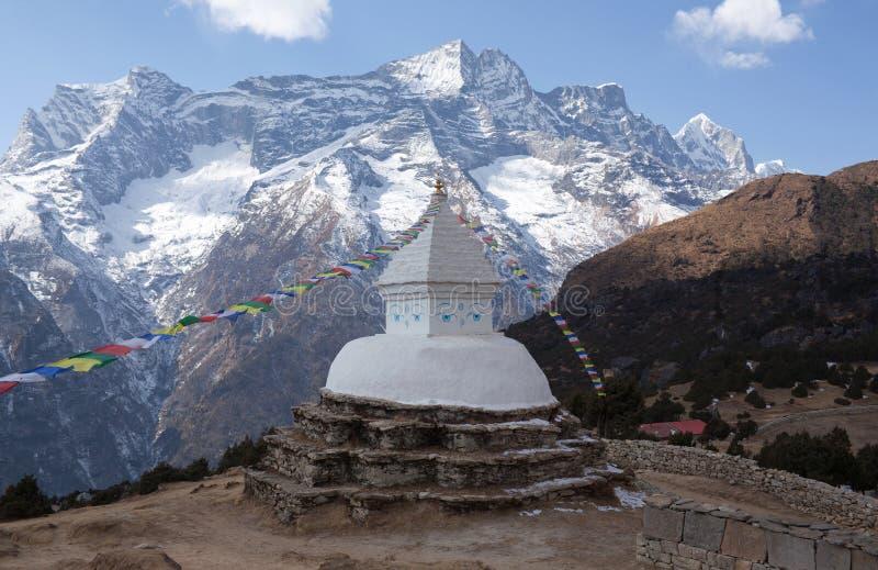 Buddyjska biała stupa z modlitwą zaznacza w Nepal himalaje obrazy stock