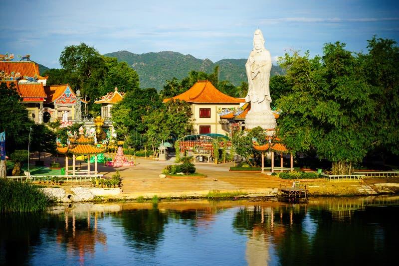 Buddyjska bogini litość Statua w chińskiej świątynnej pobliskiej rzece k zdjęcia royalty free